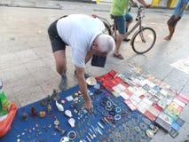 Gatastallen och att sälja gamla böcker och forntida mynt Folket håller ögonen på och köper royaltyfri bild