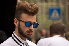 Gatastil: Folk som väntar för att delta i den Gucci modeshowen i Milan, Juni 23rd 2014 Royaltyfri Foto