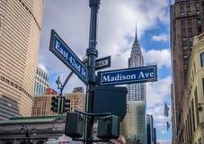 Gatatecken av Madison Ave och östlig 42nd St - New York, USA Royaltyfri Bild