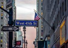 Gatatecken av västra 45th St - New York, USA Fotografering för Bildbyråer