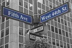 Gatatecken för Fifth Avenue och västra 44. gata Arkivbilder