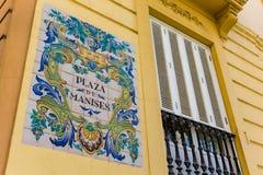 Gatatecken för keramiska tegelplattor av den Manises fyrkanten i Valencia Royaltyfria Bilder