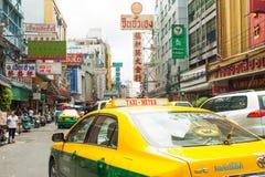 Gatatecknet och bilar rider i chinatown, Bangkok Thailand Royaltyfri Fotografi