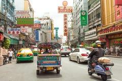 Gatatecknet och bilar rider i chinatown, Bangkok Thailand Arkivbilder