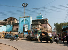 Gatatrafik med rickshawen, bilar och en cykel Fotografering för Bildbyråer