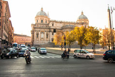 GATATRAFIK OCH KYRKA I ROME Royaltyfri Fotografi