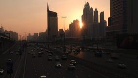 Gatatrafik på den Sheikh Zayed huvudvägen på solnedgången i Dubai stock video
