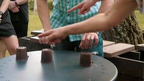 Gatatrollkarl med koppar Folket gissar koppen som du önskar lager videofilmer