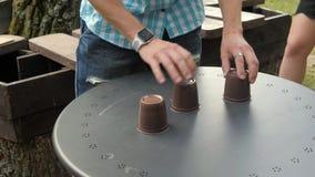 Gatatrollkarl med koppar Folket gissar koppen som du önskar arkivfilmer