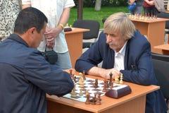 Gataturnering på schack på en feriedag av idrottsman nen. Tyum Royaltyfri Bild