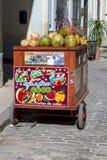 Gatavagn som säljer kokosnötvatten i havannacigarren, Kuba fotografering för bildbyråer