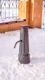 Gatavattenklapp i vinter på snön Royaltyfri Fotografi