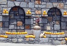 Gatavattenkran, garneringapelsiner och amphorae Arkivbilder