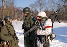 Gatchina,俄罗斯, 2012年2月18日:第二次世界大战的争斗的重建 库存图片