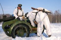 Gatchina,俄罗斯, 2012年2月18日:第二次世界大战的争斗的重建 免版税库存图片