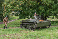 Gatchina,俄罗斯- 2016年9月11日:二战的历史重建 轻量级浮动坦克T-37A 免版税库存图片