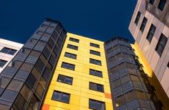 Gatchina, Россия - 7-ое апреля 2018: Современное новое здание против голубого неба Здание имеет яркая желтую и белый Стоковые Изображения