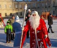Gatchina, Rússia - 6 de janeiro de 2017: Mostra do Natal para crianças na terra de parada na frente do palácio de Gatchina Fotografia de Stock Royalty Free