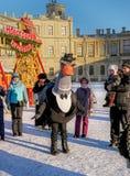 Gatchina, Rússia - 6 de janeiro de 2017: Mostra do Natal para crianças na terra de parada na frente do palácio de Gatchina Fotografia de Stock