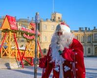 Gatchina, Rússia - 6 de janeiro de 2017: Mostra do Natal para crianças na terra de parada na frente do palácio de Gatchina Imagens de Stock Royalty Free