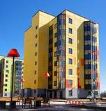 Gatchina Rosja, Kwiecień, - 7, 2018: Nowożytni nowi budynki przeciw niebieskiemu niebu Budynki jaskrawego kolor żółtego i Zdjęcie Royalty Free