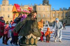 Gatchina Rosja, Styczeń, - 6, 2017: Boże Narodzenia pokazują dla dzieci na paradzie mlejącej przed Gatchina pałac Obrazy Stock