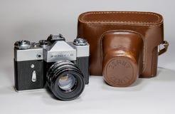 Gatchina Rosja, Styczeń, - 14, 2017: Stara sowieci filmu kamera Zenit Fotografujący na jaskrawym tle Obraz Stock