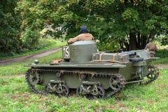 Gatchina, Rusland - September 11, 2016: De historische wederopbouw van Wereldoorlog II Lichtgewicht drijvende tank t-37A Stock Foto's