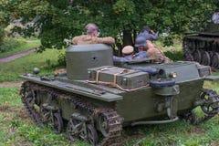 Gatchina, Rusland - September 11, 2016: De historische wederopbouw van Wereldoorlog II Lichtgewicht drijvende tank t-37A Stock Fotografie