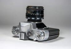Gatchina, Russie - 14 janvier 2017 : Le vieil appareil-photo soviétique Zenit de film Photographié sur un fond lumineux Photo libre de droits