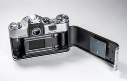 Gatchina, Russland - 14. Januar 2017: Die alte sowjetische Filmkamera Zenit Fotografiert auf einem hellen Hintergrund Stockfoto