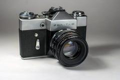 Gatchina, Russland - 14. Januar 2017: Die alte sowjetische Filmkamera Zenit Fotografiert auf einem hellen Hintergrund Lizenzfreie Stockfotografie
