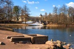 Gatchina Ryssland - April 16, 2016: Gatchina slott Sikt från den vita sjön Arkivbilder