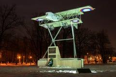 Gatchina Ryssland - Februari 10, 2016: Monument i heder av den 100. årsdagen av den första militära flygplatsen i Ryssland Arkivfoton