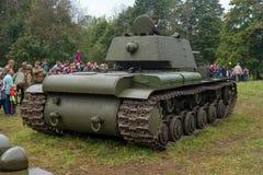Gatchina Ryssland - September 11, 2016: Den historiska rekonstruktionen av världskrig II Sovjetisk tung behållare KV-1 tillbaka s Arkivbild