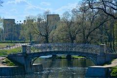 Gatchina slott- och Karpin bro i Gatchina petersburg russia st Arkivbilder