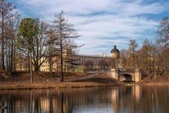 Gatchina slott Sikt av den slott- och Karpin bron från den vita sjön Royaltyfria Foton
