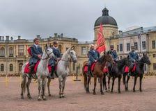 Gatchina, St Petersburg, Rússia - 30 de setembro de 2017: Mostra do cavalo dos cossacos na terra de parada do Gatchina Imagens de Stock