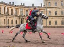 Gatchina, St Petersburg, Rusia - 30 de septiembre de 2017: Demostración del caballo de cosacos en la tierra de desfile del Gatchi Fotografía de archivo libre de regalías