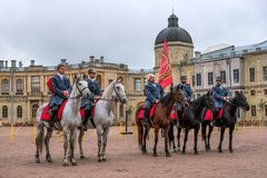 Gatchina, St Petersburg, Rusia - 30 de septiembre de 2017: Demostración del caballo de cosacos en la tierra de desfile del Gatchi Imagen de archivo
