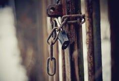 Gate chiuso sul fissare una catena arrugginita Fotografia Stock Libera da Diritti