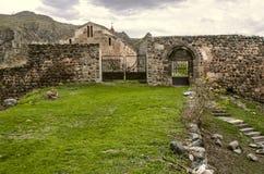 Gate e l'entrata principale in monastero medievale Tsitsernavank Immagine Stock