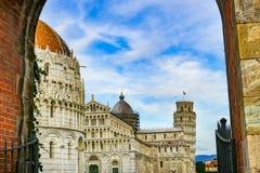 Gate Piazza del Miracoli Leunende Torenbaptistery Kathedraal Pisa stock foto's