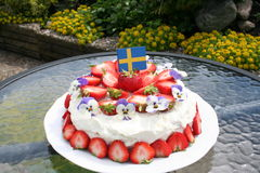 Gateau θερινού ηλιοστάσιου με τις σουηδικές φράουλες Στοκ Εικόνες