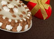 Gateau and the gift box decorated Royalty Free Stock Images