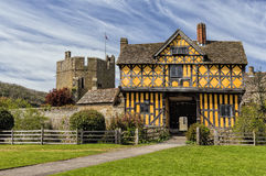 Gatehouse del castillo de Stokesay, Shropshire, Inglaterra Imagen de archivo libre de regalías