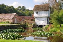 Gatehouse inglese di Tudor sopra un fossato Fotografia Stock Libera da Diritti