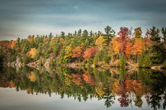 GATENAU,魁北克/加拿大- 2017年10月21日:在OTTAW的秋天视图 免版税库存照片