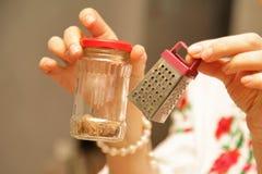Gater για το τυρί στα χέρια των γυναικών Στοκ Φωτογραφία