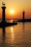 gates den hamnfyrrhodes solnedgången Arkivbild